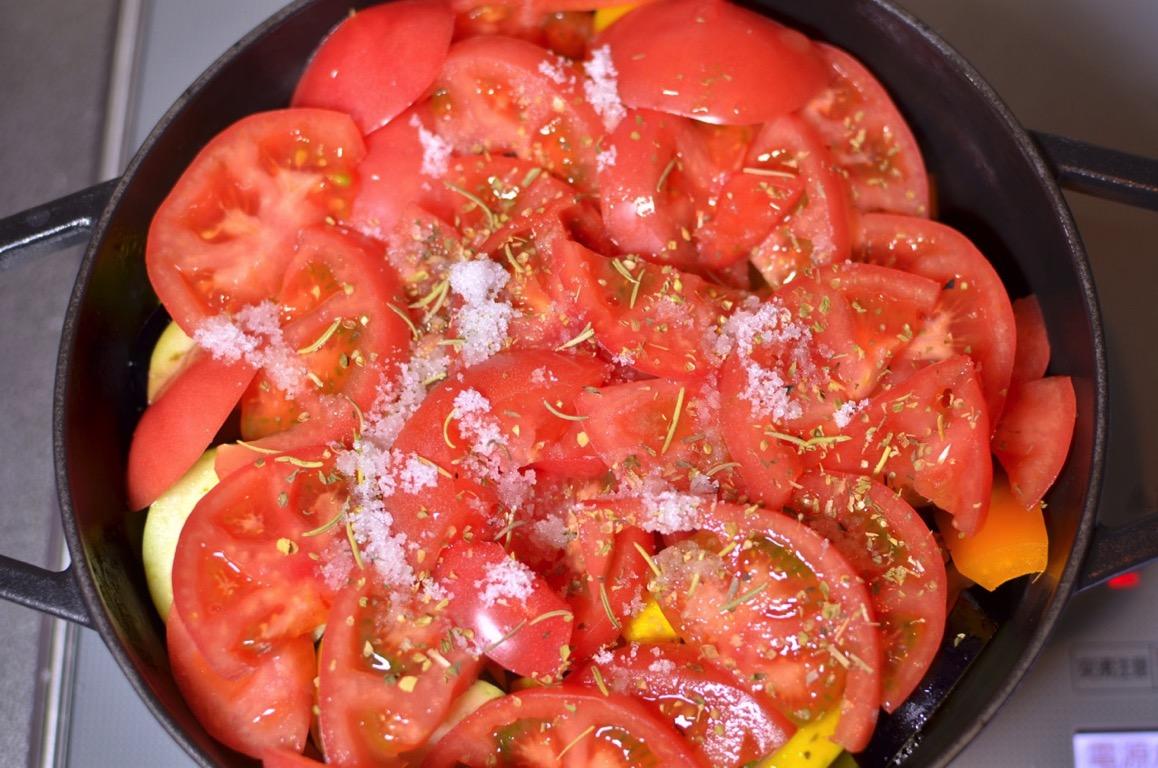 トマトを乗せる